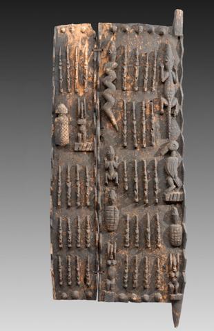 Porta di abitazione. Spicca la presenza di due cavalieri contrapposti in assetto da combattimento con spada e lancia. Serpente, tartaruga e coccodrillo sono figure mitologiche. Il chiavistello è sormontato da due uccelli contrapposti.