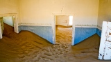 La città fantasma di Kolmanskop, primo centro diamantifero di inizio '900. Esauriti i diamanti della zona, i cercatori abbandonarono la cittadina e il deserto, in poco tempo, si è rimpossessato dei suoi spazi portando le sue dune fin dentro le abitazioni e creando uno scenario surreale (foto di Andrea Mazzella)