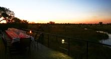 In Namibia è possibile alloggiare in strutture realizzate secondo rigorosi criteri ecocompatibili (Nkasa Lupala Lodge). Non è raro cenare davanti allo spettacolo degli elefanti o dei leoni che si abbeverano presso le pozze d'acqua o i fiumi (foto di Andrea Mazzella)