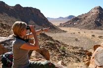 «Il binocolo è sicuramente l'accessorio più importante per chi ha voglia di osservare l'impressionante varietà faunistica della Namibia» dice Alessandra Laricchia (foto di Andrea Mazzella)