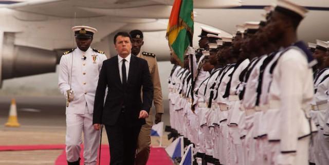L'arrivo del presidente del Consiglio Matteo Renzi ad Accra, in Ghana 1 febbraio 2016 (AP Photo/Christian Thompson)