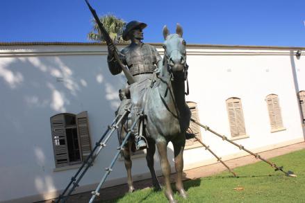 Reiterdenkmal, monumento ai caduti tedeschi durante la rivolta Herero, un tempo dominava il paesaggio di Windhoek, oggi spostato all'interno delle mura del fortino.