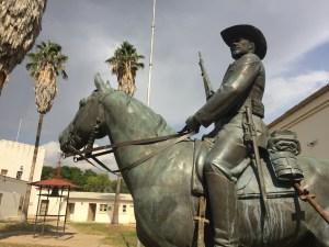 reiterdenkmal-monumento-ai-caduti-tedeschi-durante-la-rivolta-herero-oggi-spostato-nellalte-feste-in-centroa-windhoek-in-simbolo-di-rivolta-contro-il-giogo-coloniale-i-nordcoreani-hanno-aiutato